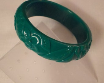LUCITE BANGLE BRACELET / Green / Carved / Embossed / Chunky / Fashionista / Retro / Trendy / Modernist / Art Moderne / Chic / Hip Accessory