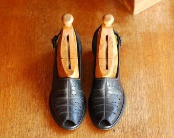 vintage 1940s black leather peep toe wedge shoes / size 6 narrow