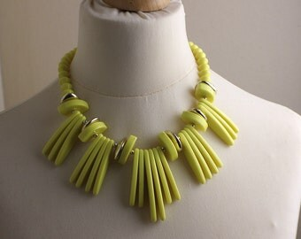 Short 1980s Yellow and Gold Elliptical Plastic Bold Beads Beaded Necklace