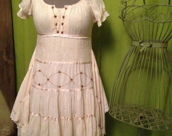 Ecru romantic dress T 40, form disintegrated and embroidered with pearls