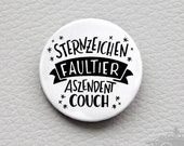 "cute as a button ""Sternzeichen FAULTIER / Aszendent COUCH"" handlettering Astrologie Spruch Button"