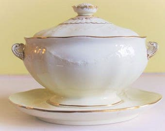 Wedgwood CreamWare small tureen with lid, gold details, creamy white, garlands oval sauce boat with lid, 20th century, fixed bottom tray