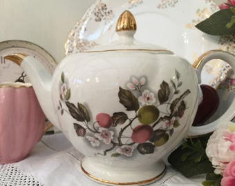 Delightful Floral Full Sized Vintage Ellgreave Teapot