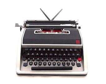 Olivetti Lettera DL typewriter, working typewriter, portable typewriter, black grey typewriter, vintage typewriter.