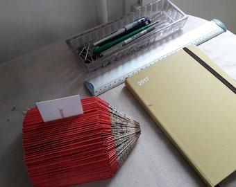 Porte-carte en forme de crayon réalisé par la technique des livres pliés, papeterie, fourniture de bureau, fait main