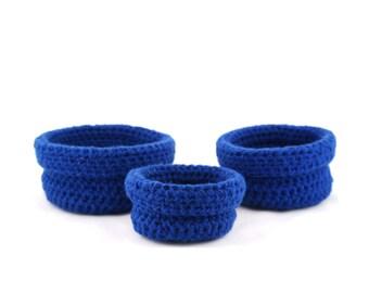Set de trois paniers gigognes faits au crochet Bisofa - Bleu majorelle - Paniers en laine bleu