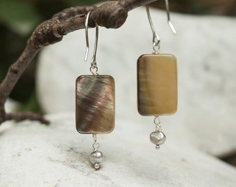 Earrings in mother-of-pearls and freshwater pearls