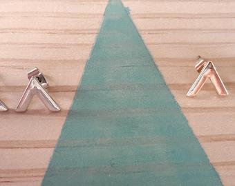Boucles d'oreilles Triangle V | doré et argenté | Joli bijou  1 x 1 cm| Puce à clous | Cadeau rock pour femme | Idée anniversaire