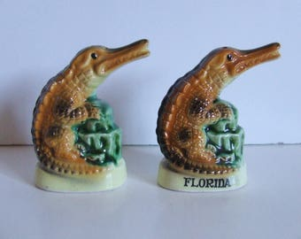 Vintage souvenir of Florida salt and pepper shakers ceramic alligators with plastic stoppers made in Japan for Gift Craft retro kitchen