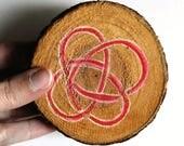 Dessous plat en bois symbole celtique peint