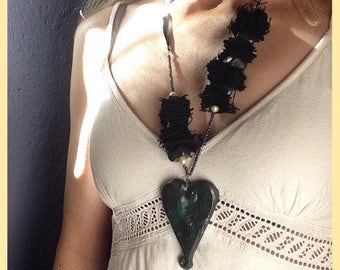 Collana in ceramica, con cuore nero, e volto all'interno / Clay necklace whit black heart, and face inside