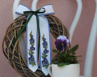 Handstitched bow with pansies motive