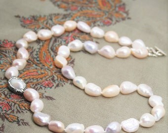 Classic pearl necklace with rhinestone pearl