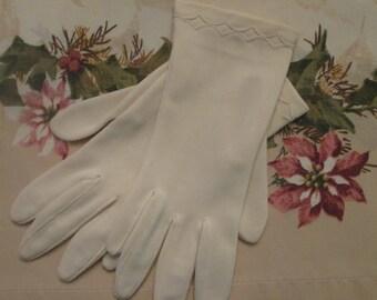 Vintage Pale Beige Short Ladies Gloves - Fownes Embraceable - Vintage Accessories