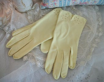 vintage ladies dress gloves, bracelet length, happy yellow color, luncheon, tea party, dress up, costume wear, great condition. size L
