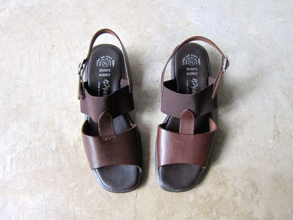 90s Minimal Brown Sandals Leather & Elastic Band Slip On Leather Sandals Vintage Modern Peep Toes Casual Chunky Summer Sandals Size 7.5
