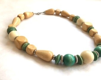 Vintage GREEN And White WOOD Necklace