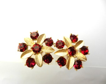 1960s Vintage SARAH COVENTRY Gold plated Red rhinestone cluster Flower clip on Earrings - Sarah COV copyright - art.334 -