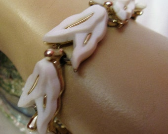 "Vintage 60s White Plastic Molded Abstract Leaf Bracelet, 7 1/4"""