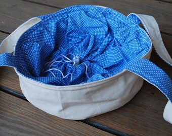 Cake carrier, casserole bag, lined and closed with drawstrings
