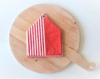 sale - peppermint house shape potholder - red house housewarming gift - modern kitchen - striped red and white - foodie gift - new home gift