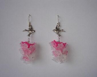 Boucles d'oreilles hirondelles et petites fleurs résine rose clair,rose foncé et blanc