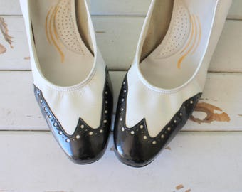 1980s BLACK and WHITE Two Toned Leather Classic Heels....size 9 women...heels. closed toed. heels. selby. retro. pumps. black and white