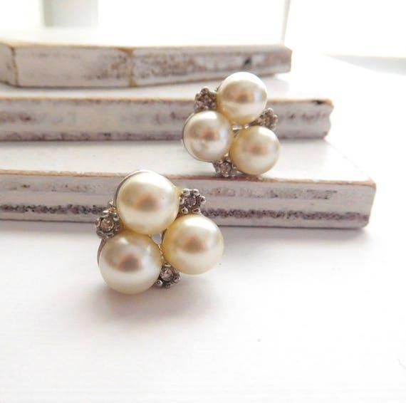 Vintage White Glass Pearl Clear Rhinestone Cluster Screw Back Earrings U1
