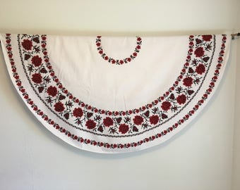 Vintage Tablecloth, Vintage Table Linens, Black and Red Rose Tablecloth, Circle Tablecloth, White Tablecloth