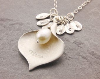 Calla Lily Pendant, mother of the bride, mother of the groom, mothers day gift, gifts for mom, mom necklace, family necklace, mum, N6