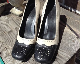 Vintage hipster Eitenne Aigner ladies two tone white and navy blue wingtip leather pumps size 7 Camelot style free domestic shipping