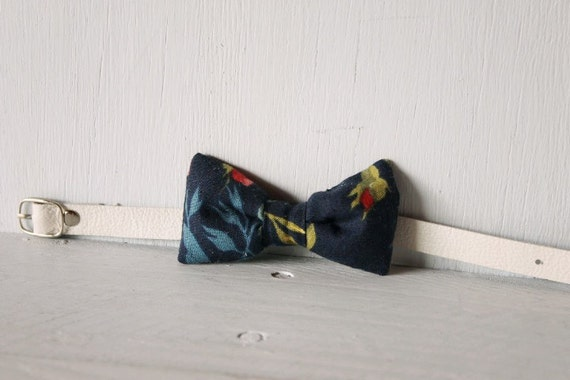 Bow tie cat collar >> Small dog bow tie >> Dark blue floral bow tie, white leather strap and silver buckle >> Pet gift