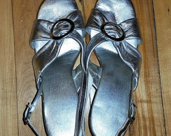 Sexy Silver METALLIC Slingback Sandals MOD 60s Vintage Lame Shoes Atomic Space Age Chunky Heels 1960s Glam Mad Men Fashion Size 8.5 Buckle