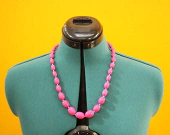 """Pink Beaded Vintage Costume Necklace  [Vintage Retro 24"""" Hot Pink Gold Plastic Jewelry]"""