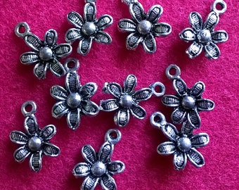 10 x daisy flower charms