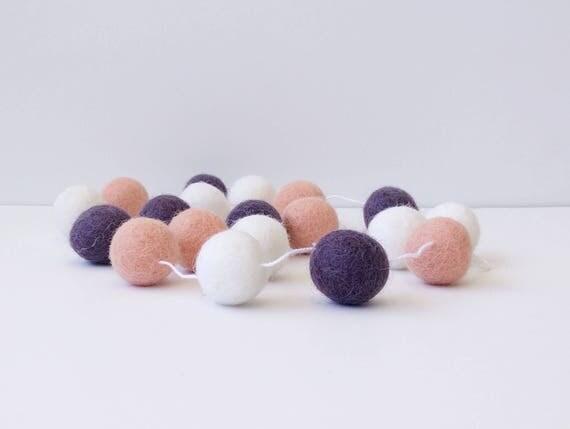guirlande en boules de laine feutr e rose corail mauve. Black Bedroom Furniture Sets. Home Design Ideas