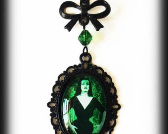 Vampira Gothic Necklace, Glass Cameo Pendant, Gothic Vampire Jewelry, Green Vampira Pendant, Alternative Jewelry, Handmade Jewellery