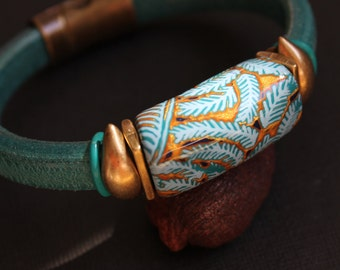 Regaliz Licorice Leather Bracelet in emerald with Polymer clay Bead