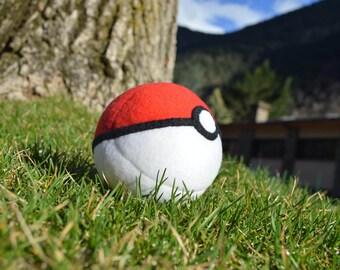 Pokeball de peluche // Stuffed pokeball