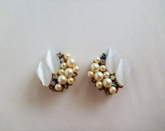 vintage  faux pearl clusters clip on earrings. faux pearl earrings with AB rhinestone