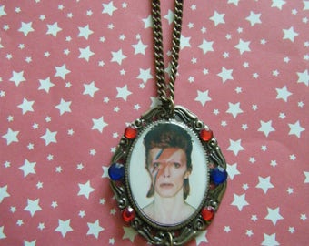 Aladdin Sane Bowie memorial cameo with dangling star