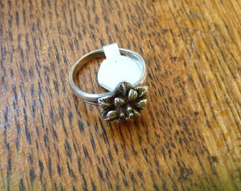 Vintage small sterling flowe ring , size 7.5