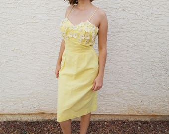 Vintage Sweetheart Yellow Linen Daisy Summer Sleeveless Applique Wiggle Dress 1950s S