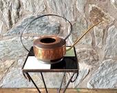 Stylish mid-century modern copper watering can with long brass snout. Danish modern. Arrosage de cuivre années 60. Giesskanne aus Kupfer.