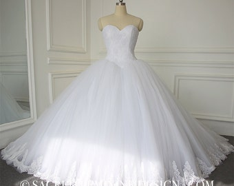 Ball Gown Wedding Bridal Dress with Sweetheart Neckline Lace Up Tulle Court Train