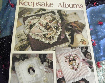 Keepsake Albums Leisure Arts Leaflet 1436 - 6 Designs For Covered Photo Albums Or Scrapbooks - Wedding, Childhood, Memories
