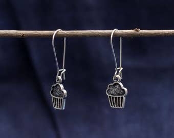 Earrings with silver cupcake