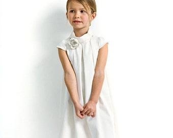 Kleid für Blumenmädchen im Weiss. Blumenmädchenkleid aus Bio-Baumwolle für Hochzeit mit Häkelblume.