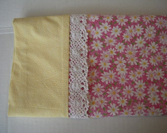 Standard Size pillowcase  Pink with White Daises, Yellow Border