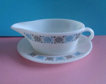 Vintage 1960's retro gravy/sauce boat and saucer by Pyrex in the chelsea pattern. Kitchenalia